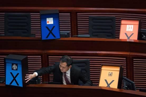 HK | Reforma política chumbada com mais de 30 deputados fora do LegCo