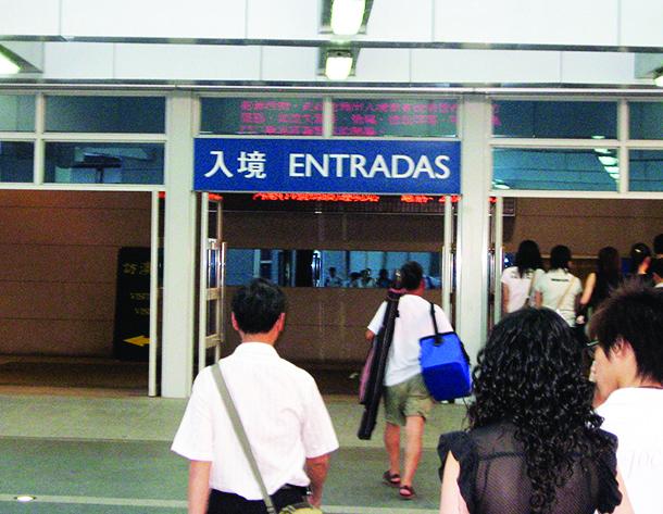 Vistos | Governo recua e chineses em trânsito podem ficar até sete dias. Ella Lei critica secretismo