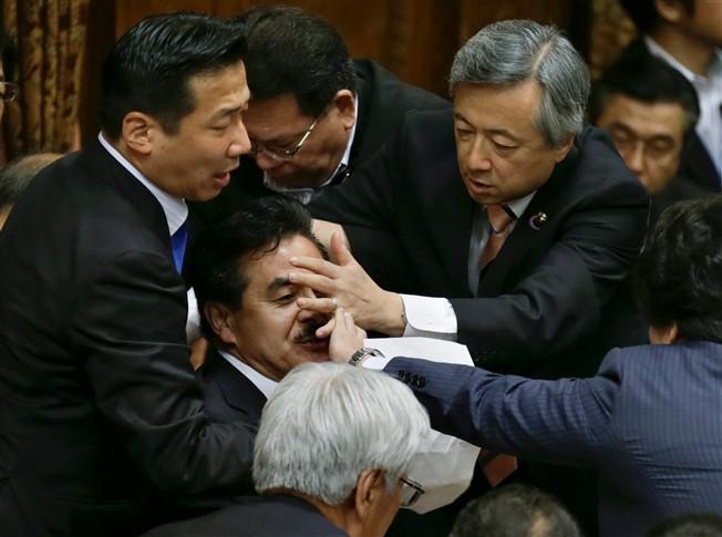 Japão   Lei de segurança motiva luta entre deputados