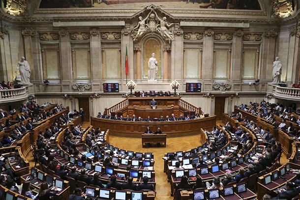 Portugal | Marco histórico na vida política com a queda do Governo