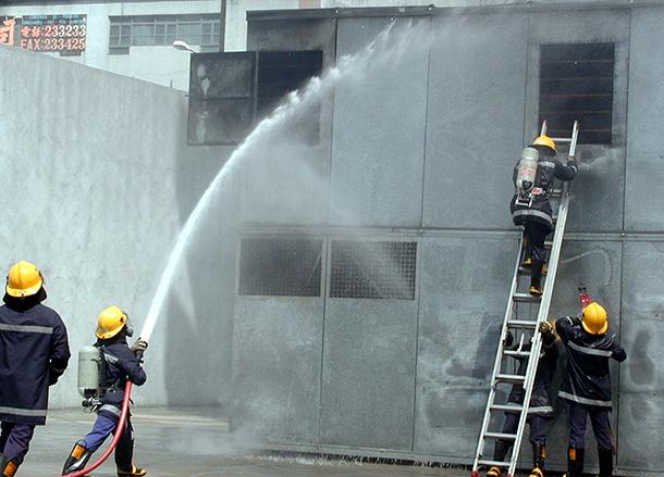 Incêndio | Bombeiros criticados no ataque às chamas