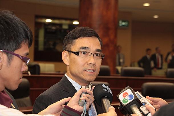 Concursos públicos | Deputados questionam critérios para subida de valores