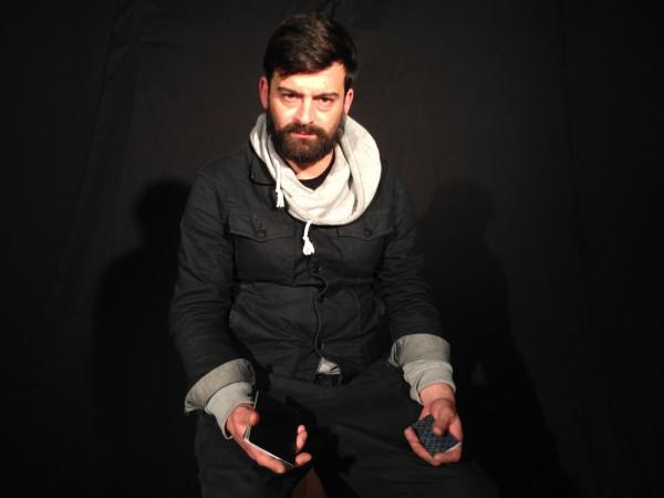"""Gil Mac, músico, designer e performer, apresenta """"Oráculo"""""""