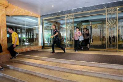 Trabalhadores deixam hotel