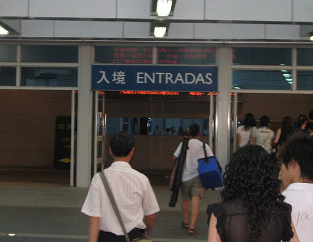 Miss Irão interrogada duas horas à chegada a Macau