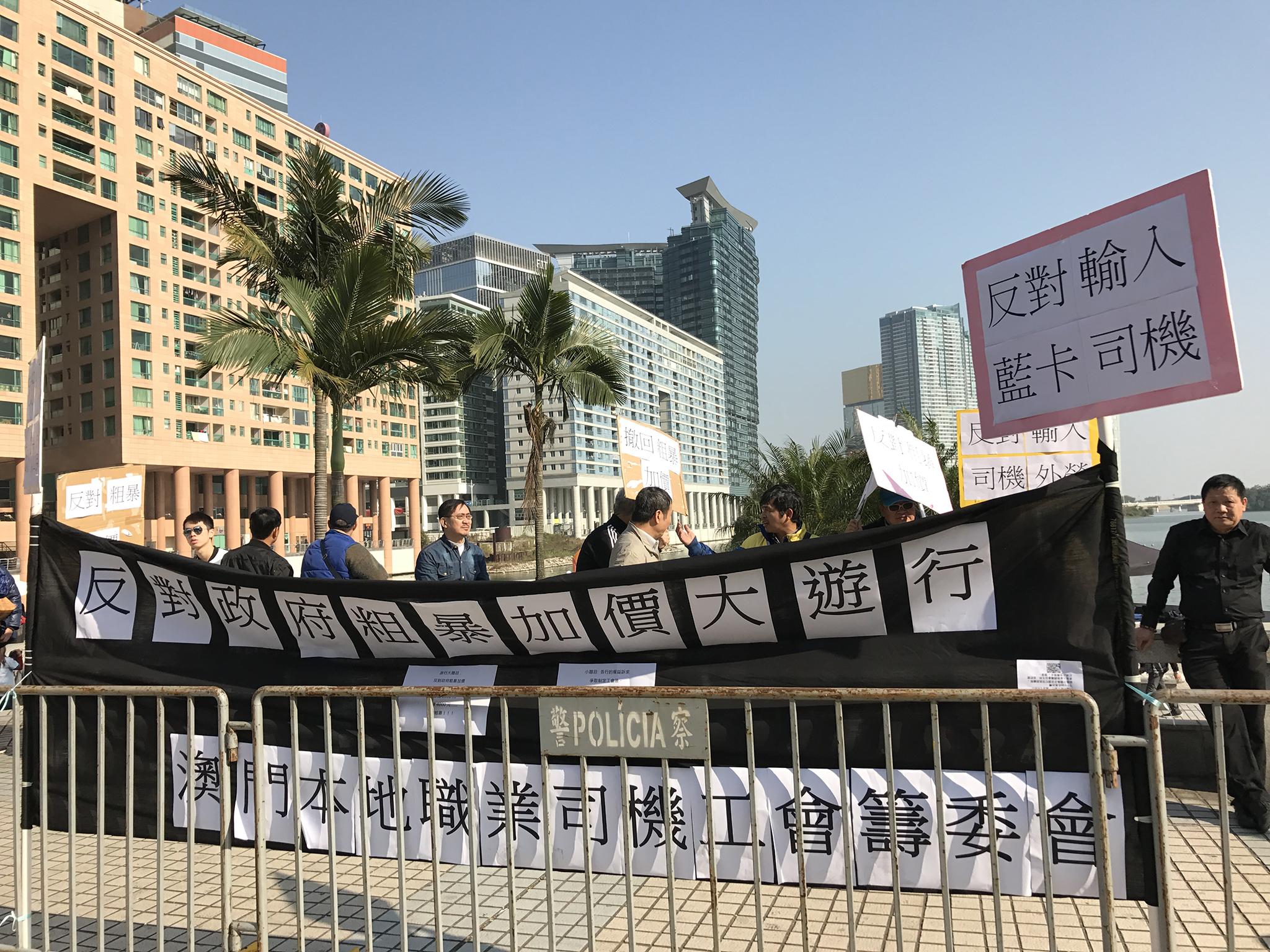 Manifestação | Motoristas protestam em frente da sede do Governo