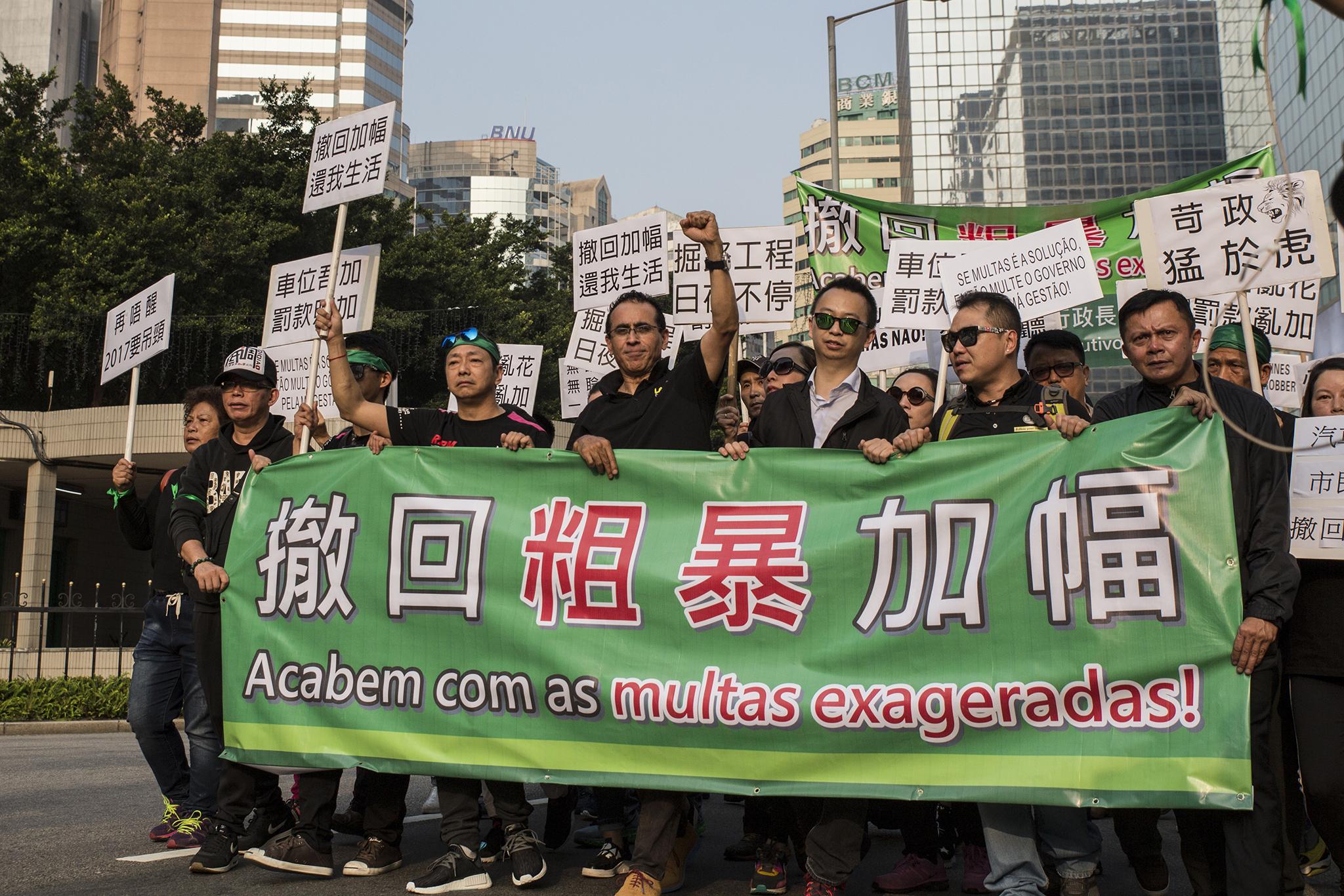 Taxas de veículos | Vozes e cartazes invadiram as ruas contra aumento