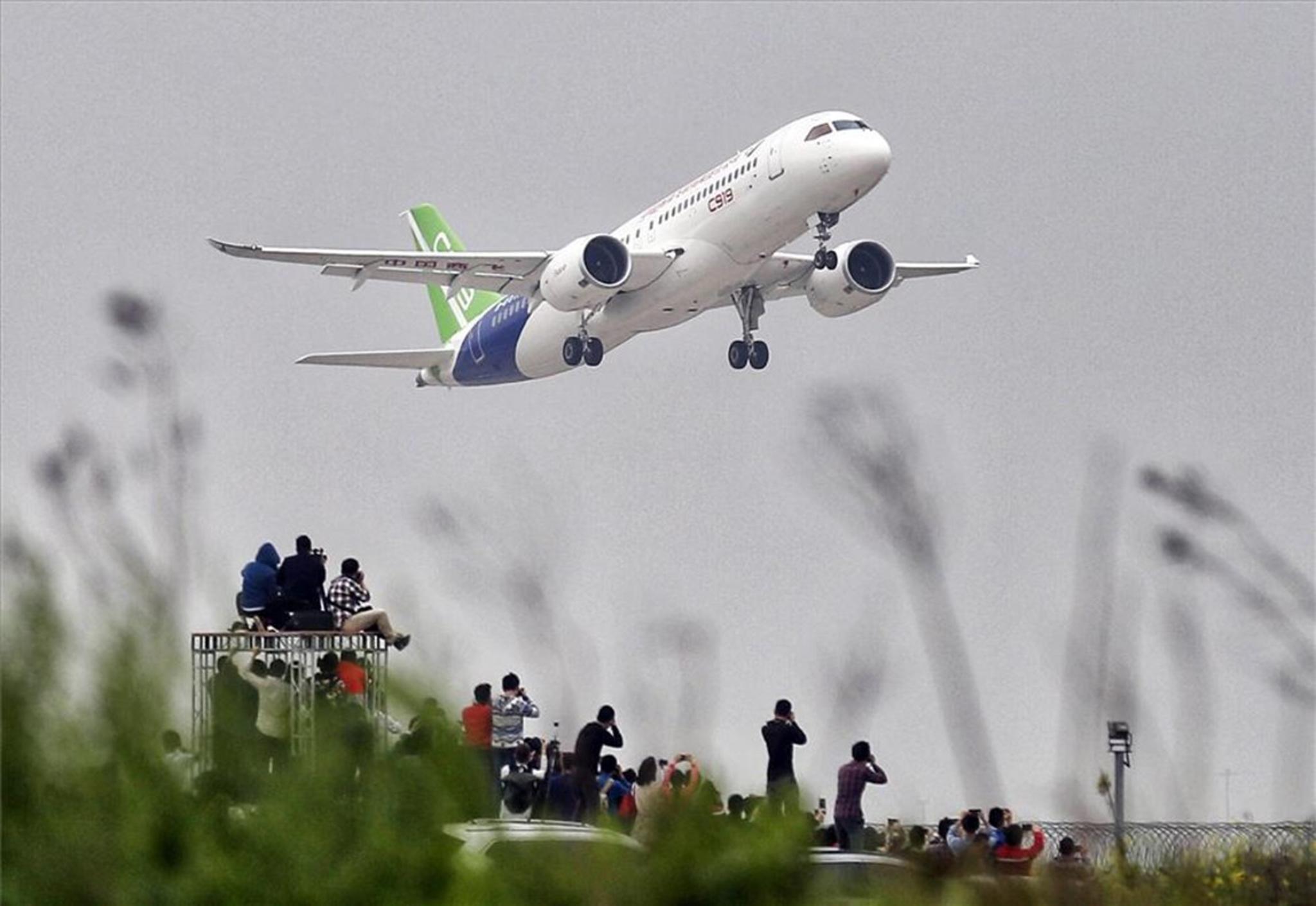 China   Primeiro grande avião fabricado no país já voa