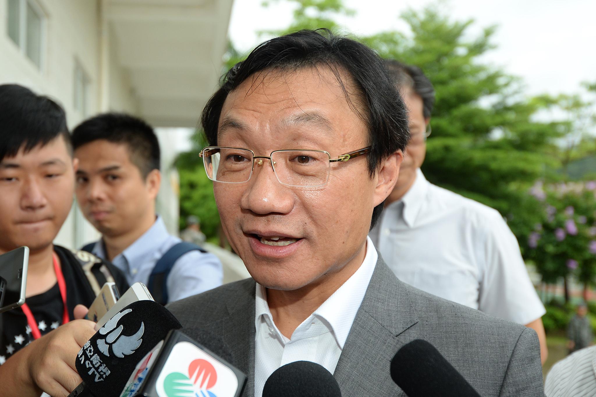 Alexis Tam admite criação de carreira especial para assistentes sociais