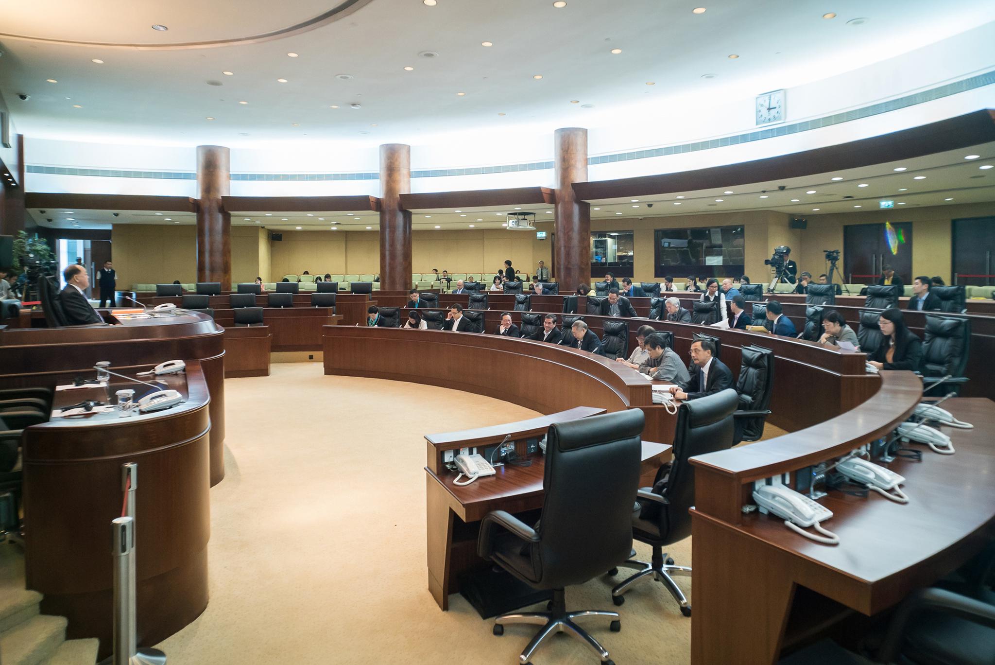 Plenários | Comissão de Regimento e Mandatos retira artigo que proíbe adereços