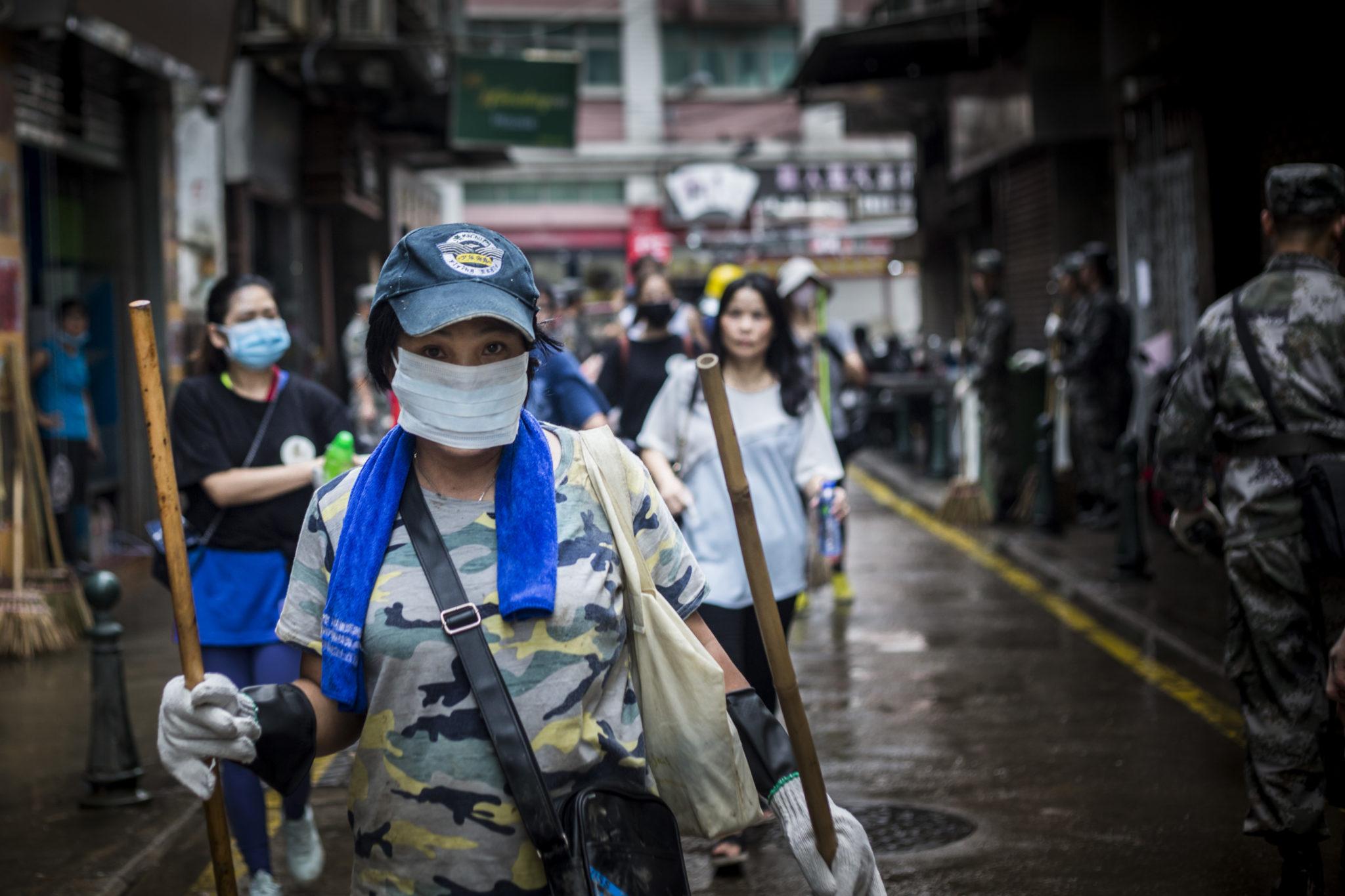 Tufão Hato   Voluntários ajudaram a limpar as ruas
