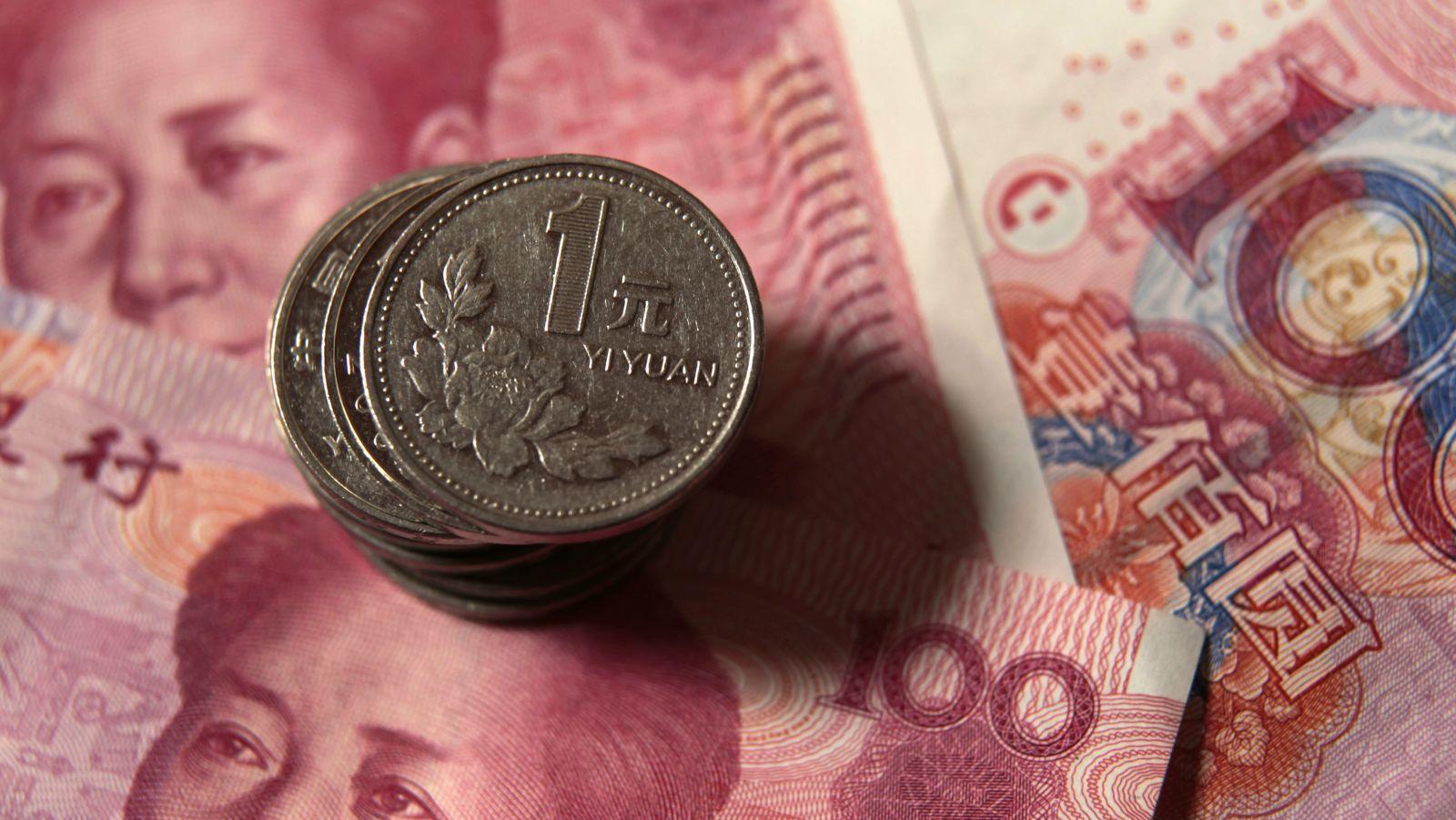 Yuan desvaloriza e ultrapassa 'barreira psicológica' de 7 para 1 face ao dólar