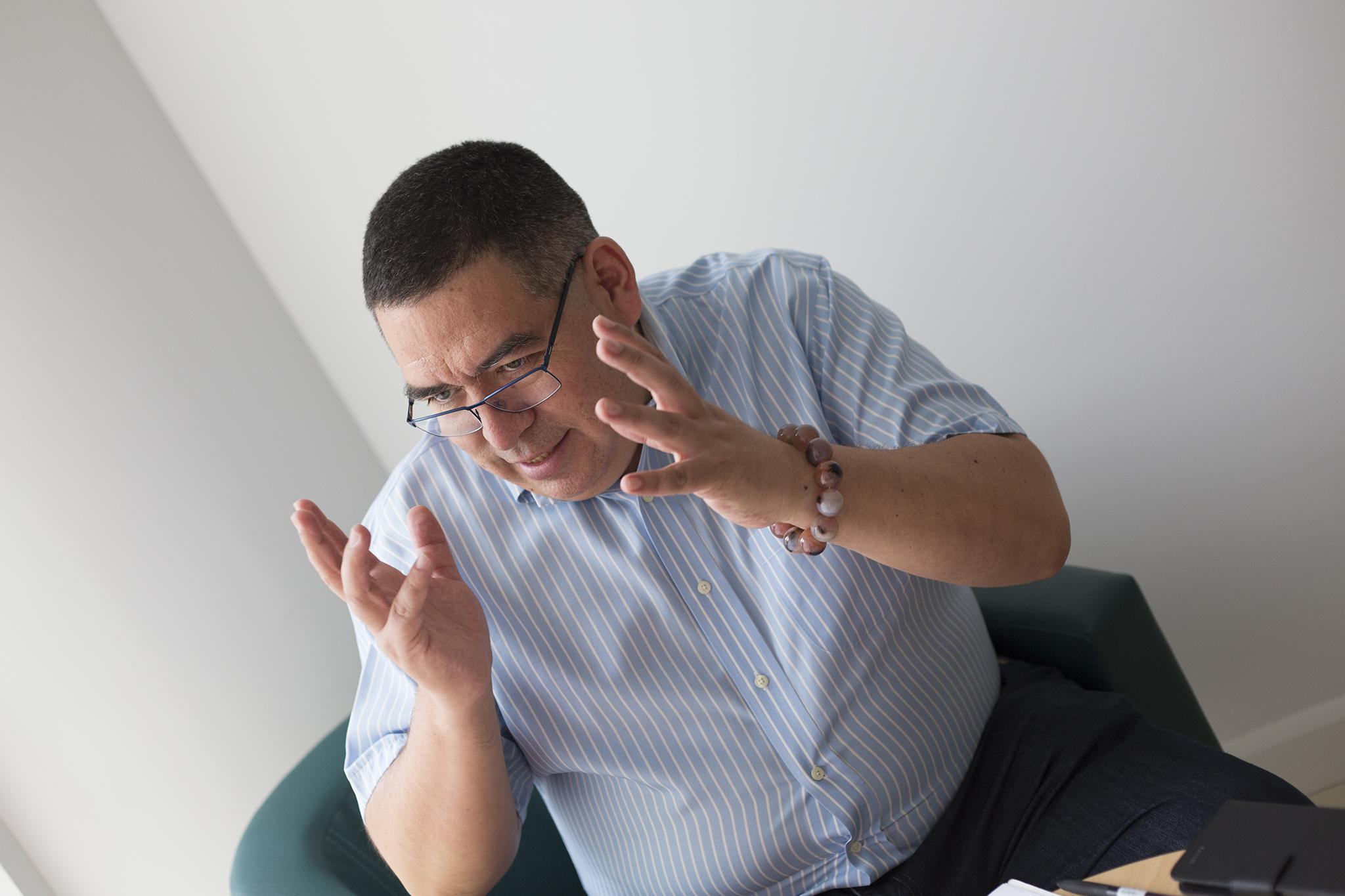 """Victor Aguilar, padre e historiador: """"Em casa têm fotos do Mao, na carteira têm o Papa"""""""
