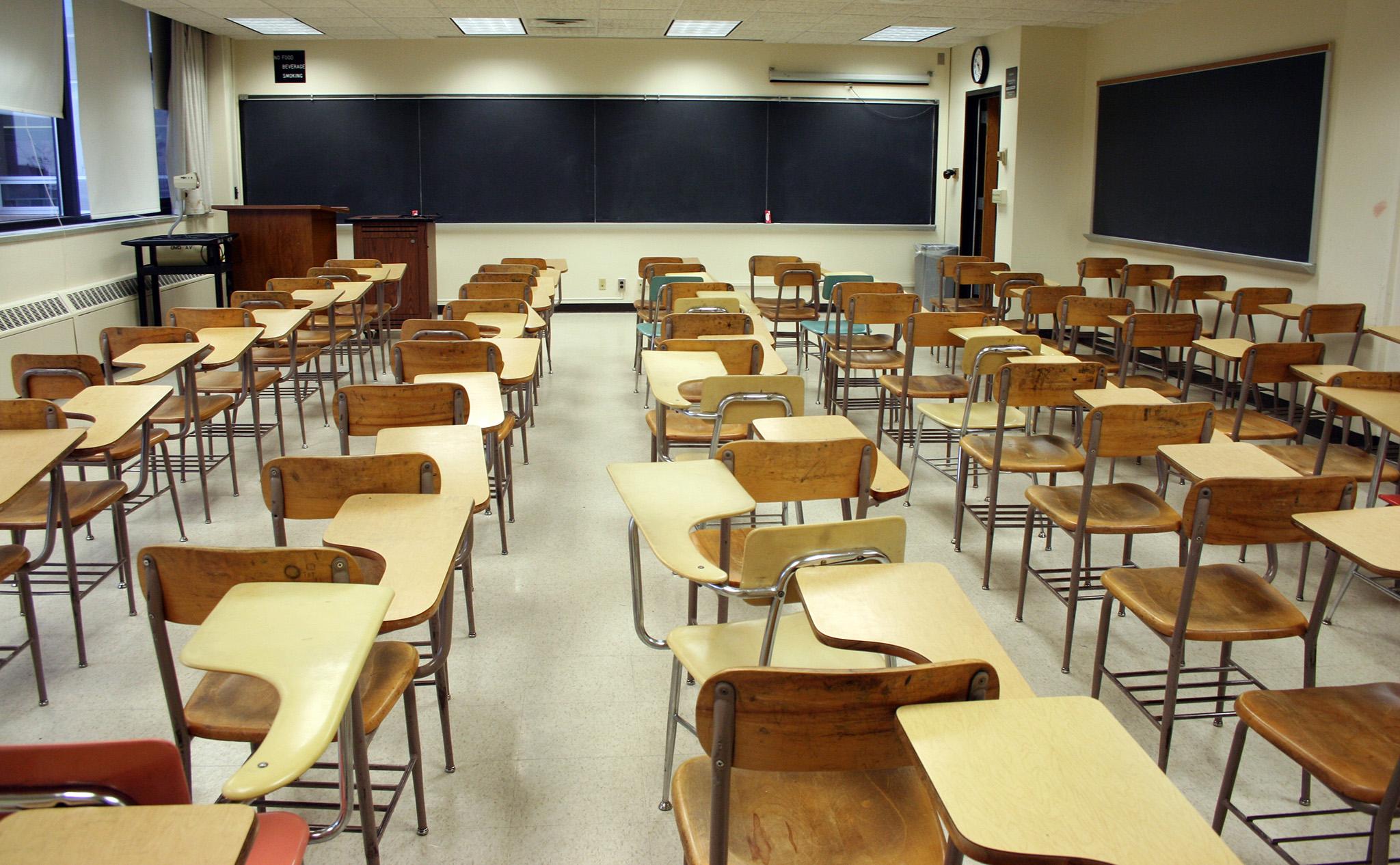 Funcionários de escola despedidos sem justa causa queixam-se a deputado