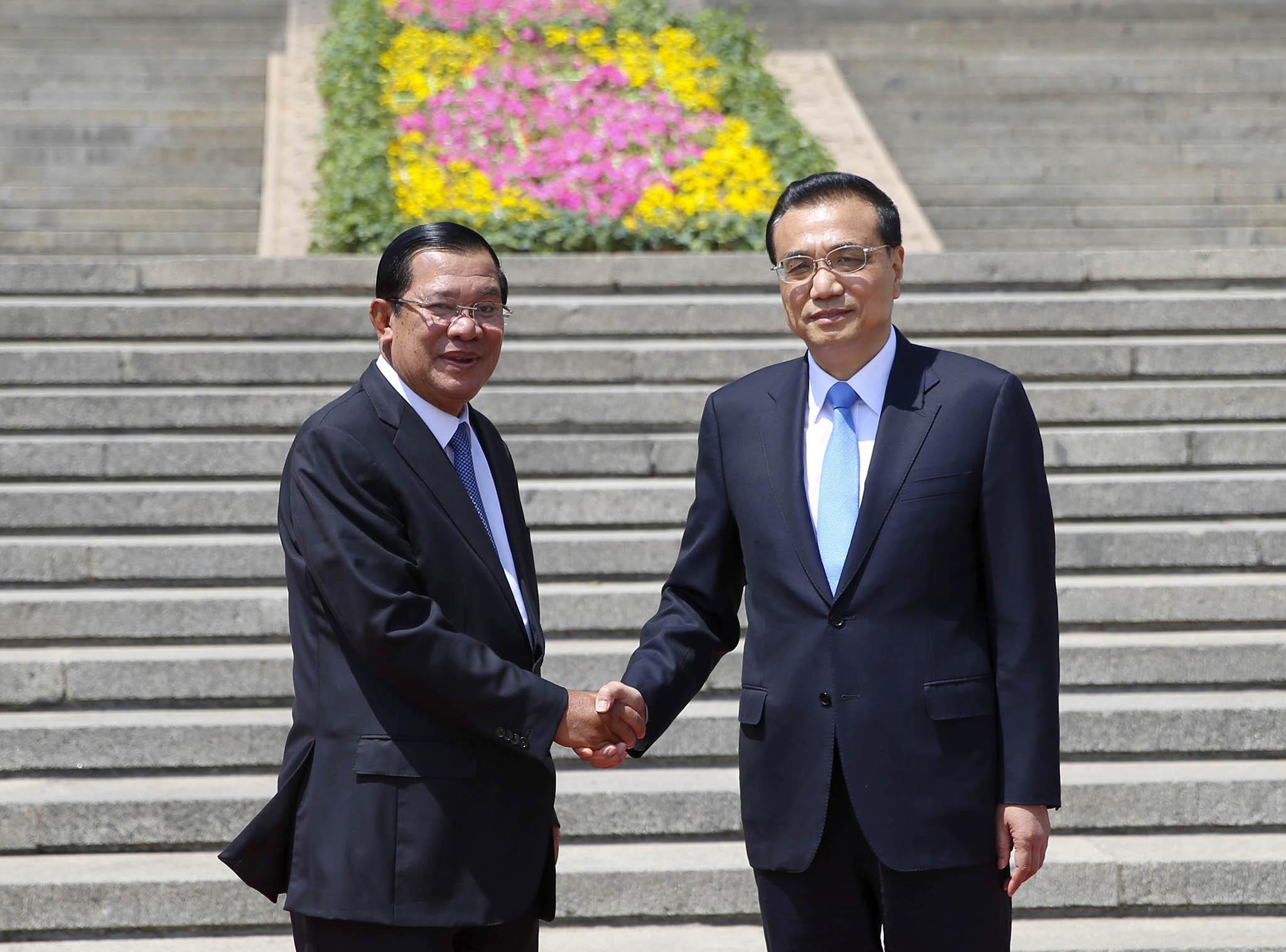 Li Keqiang no Camboja com o rei e Hun Sen