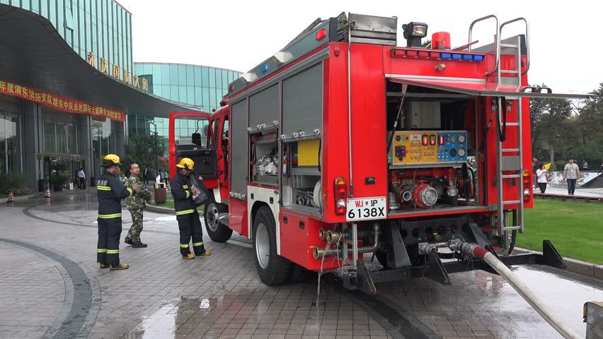 Camioneta em chamas no centro de Xangai