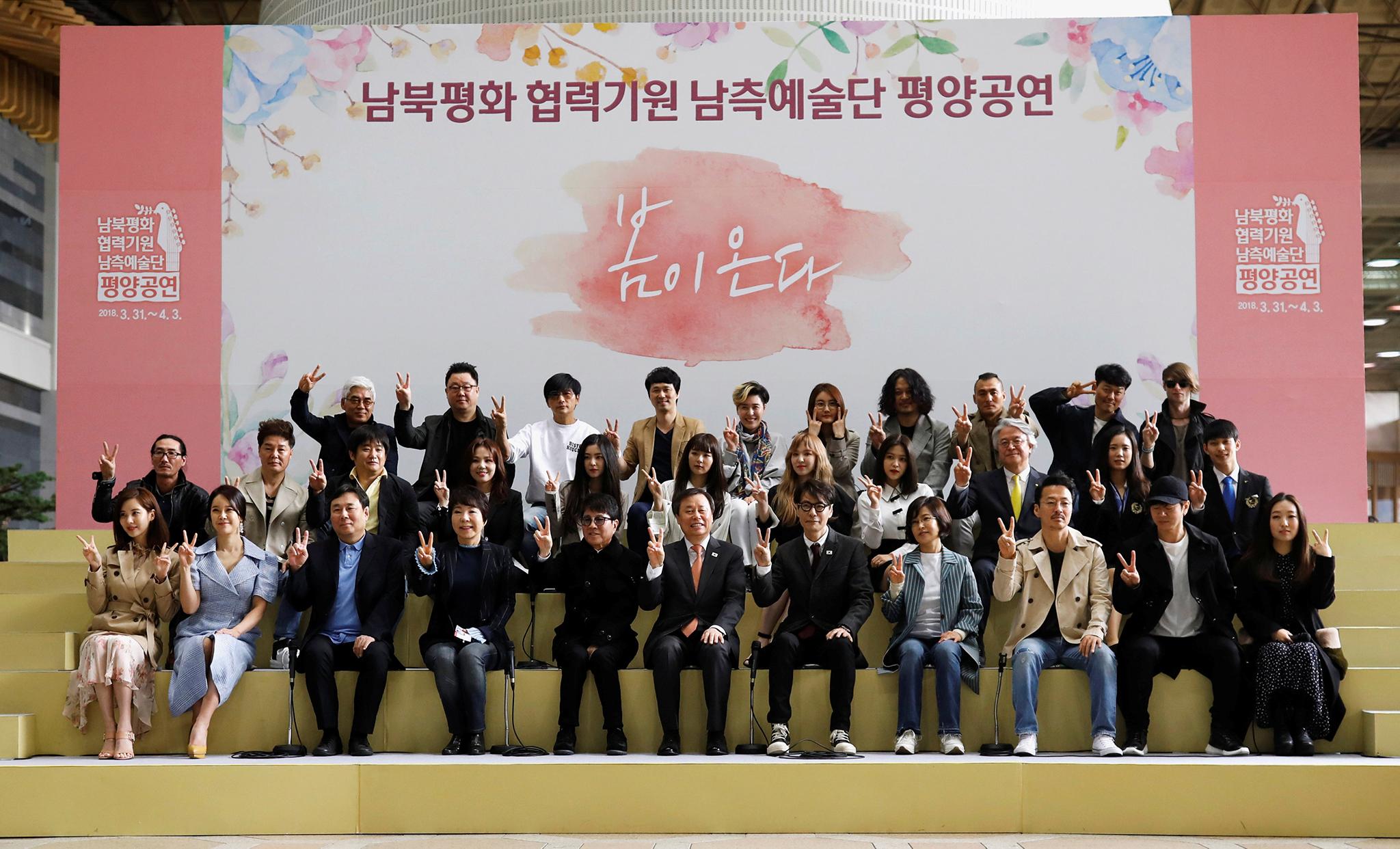 """Kim Jong-un """"recebe calorosamente"""" artistas sul-coreanos"""