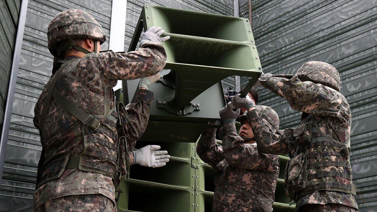 Coreias desmantelam altifalantes de propaganda da altura da Guerra Fria