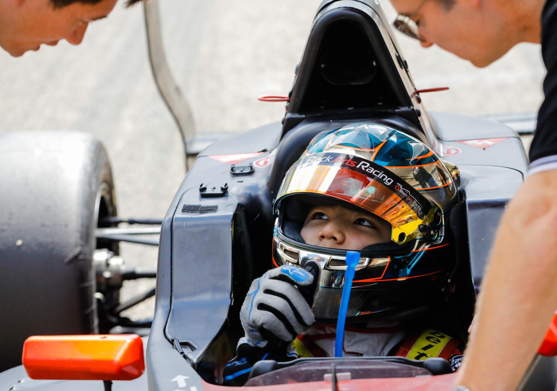 Automobilismo   Jovem piloto de Macau assina com equipa inglesa