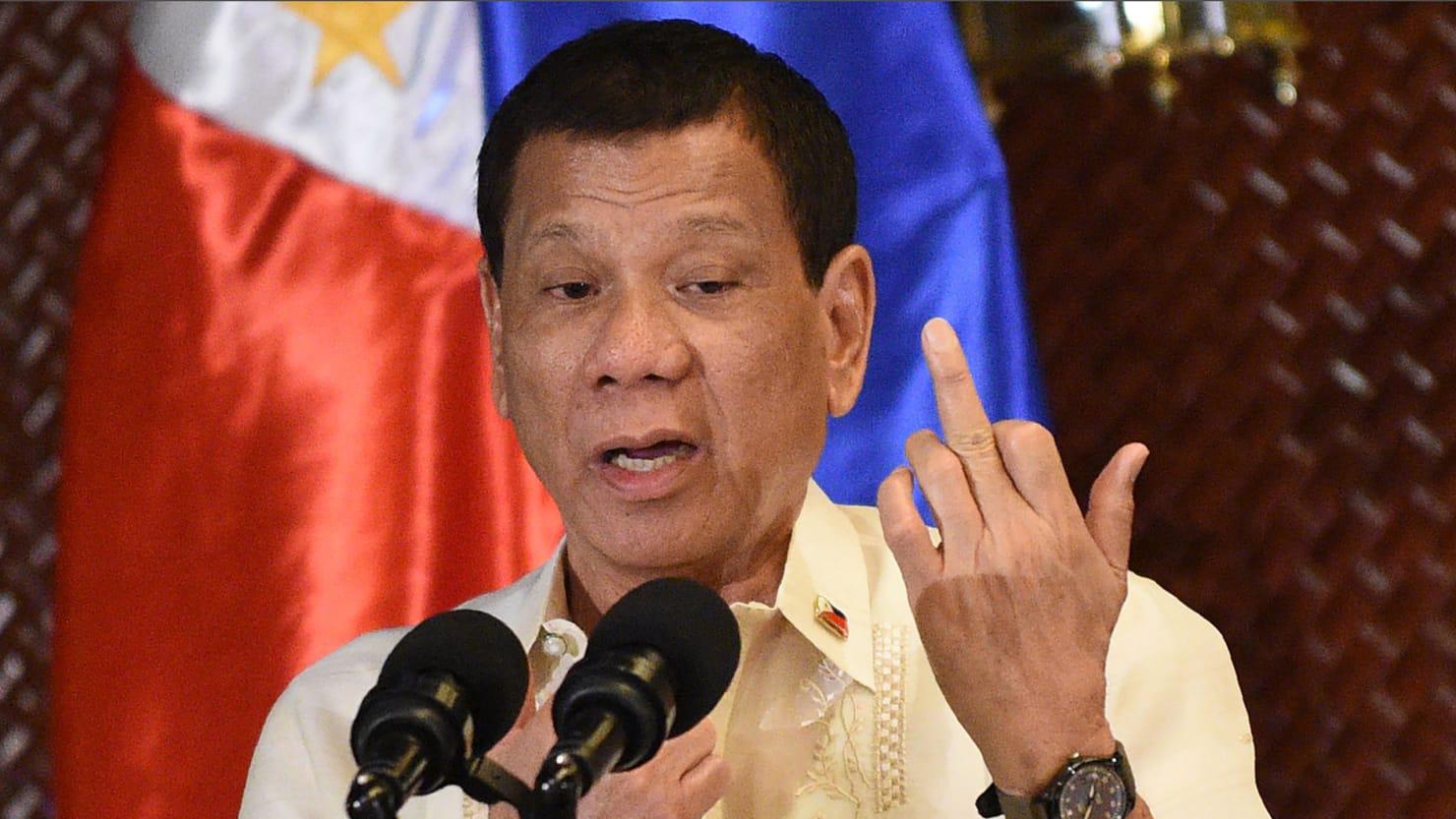 """Milhares saem às ruas contra """"viragem ditatorial"""" de Duterte"""