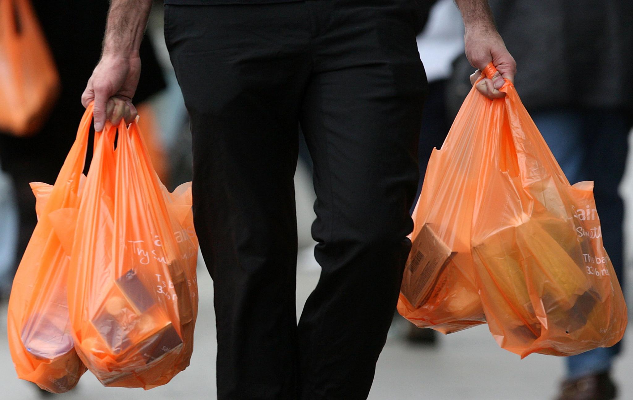 Poluição | Residente cria petição para reduzir uso do plástico