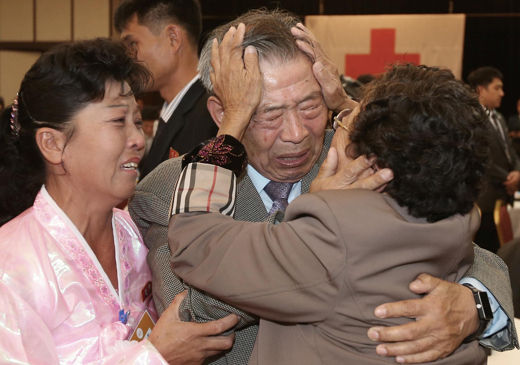 Termina em lágrimas reencontro de familiares de ambas as Coreias