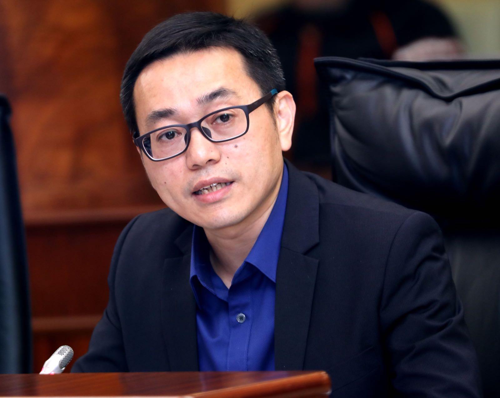 Interpelação | Lei Chan U ataca trabalho ilegal