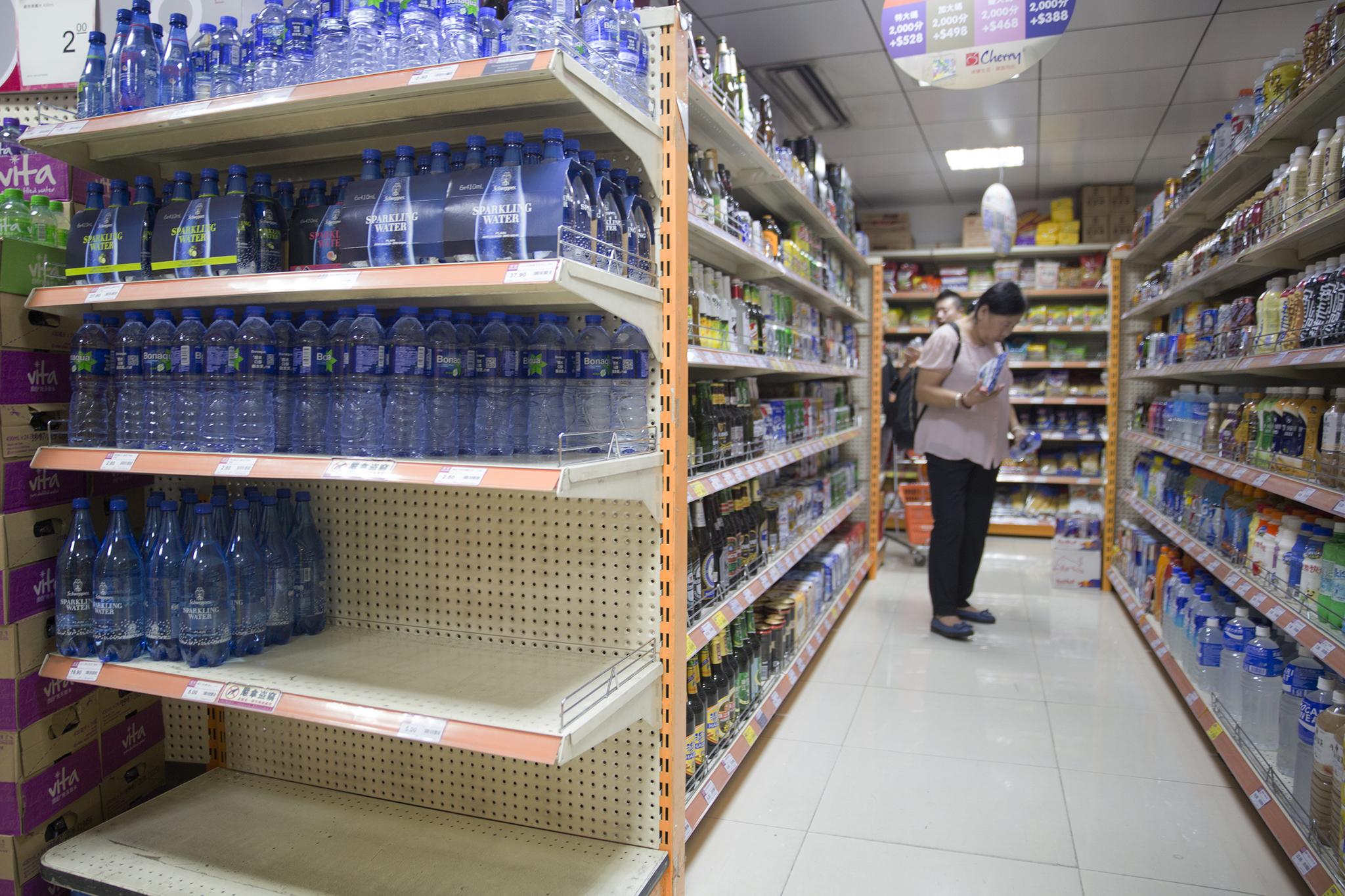Tufão   Corrida a produtos essenciais esvazia prateleiras de supermercados