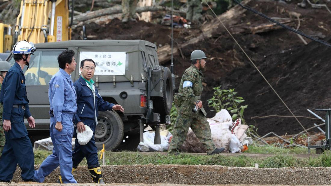 Japão | Shinzo Abe visita região afectada por sismo que fez 42 mortos