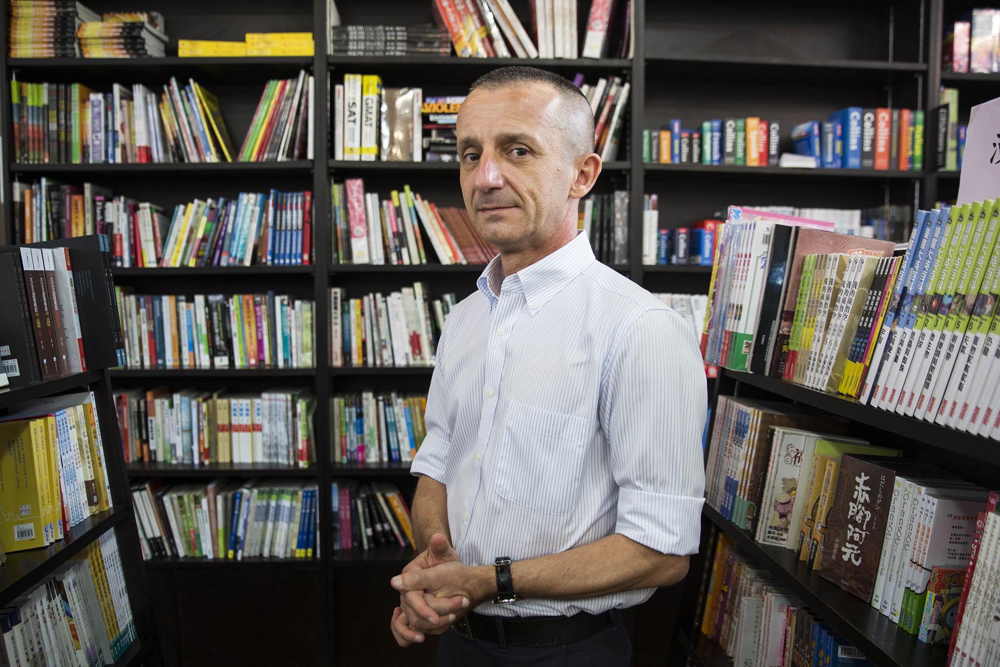 """Carlos Botão Alves, autor do primeiro dicionário de chinês-português: """"Ninguém se lança numa coisa destas"""""""