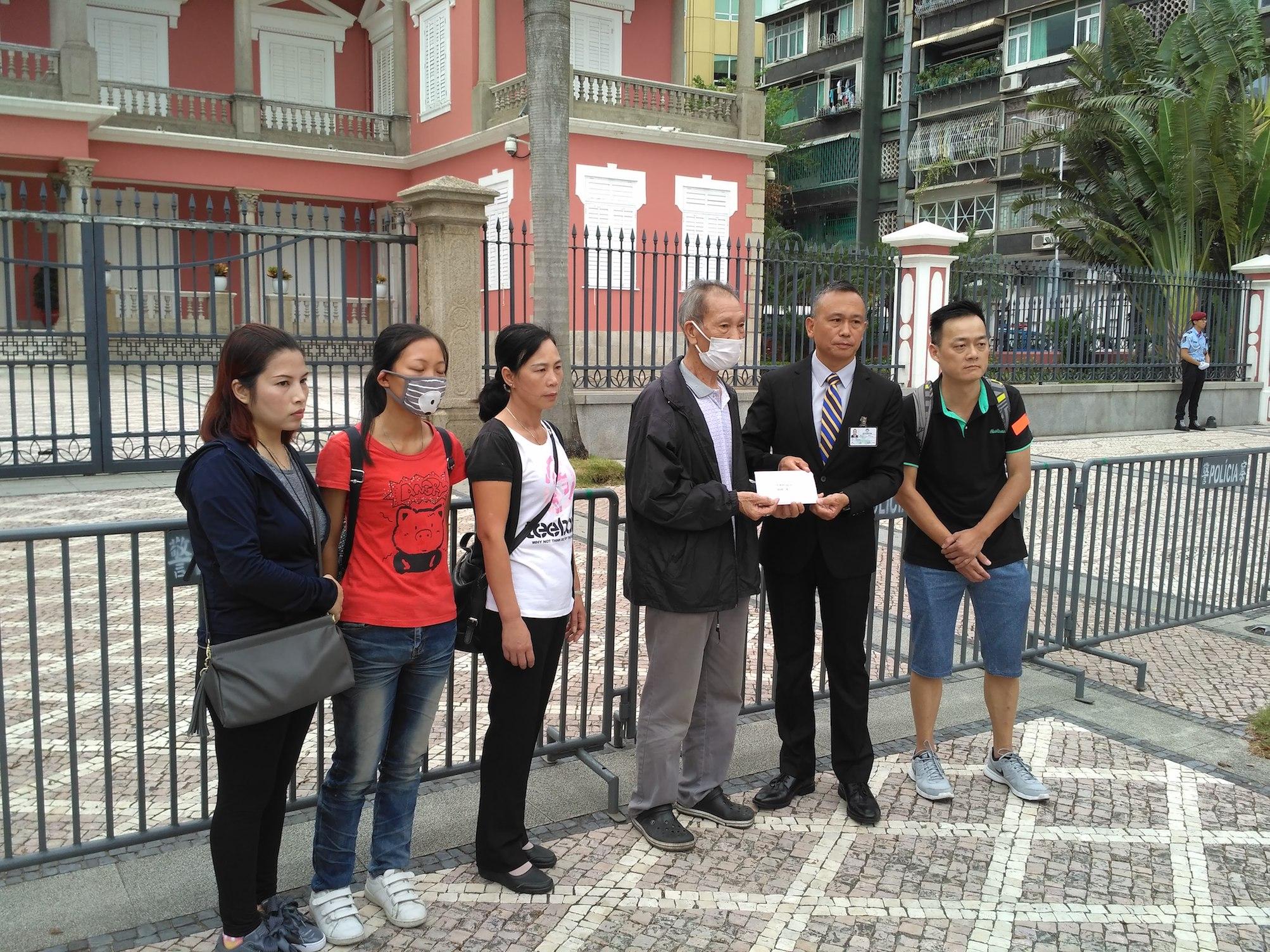 Habitação | Futuros moradores de edifício Bairro da Ilha Verde sairam à rua