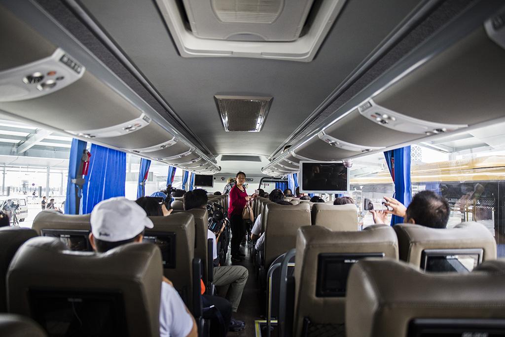 Suspensa travessia de autocarros na ponte Hong Kong-Zhuhai-Macau suspensa