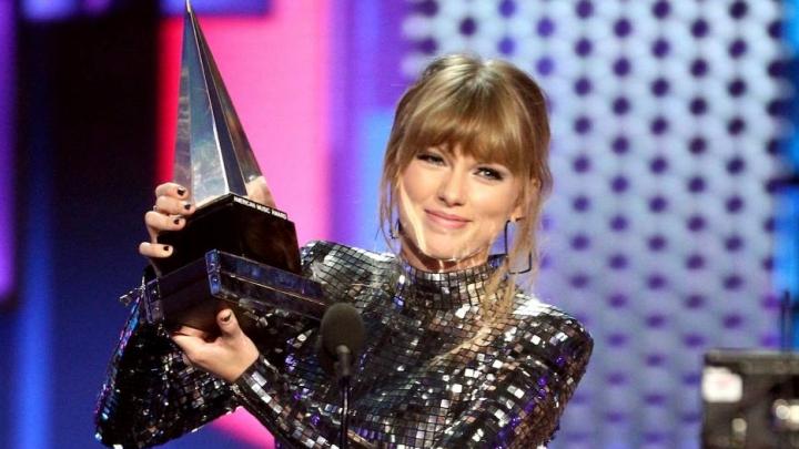 Taylor Swift é a grande vencedora dos American Music Awards e apela ao voto nos EUA