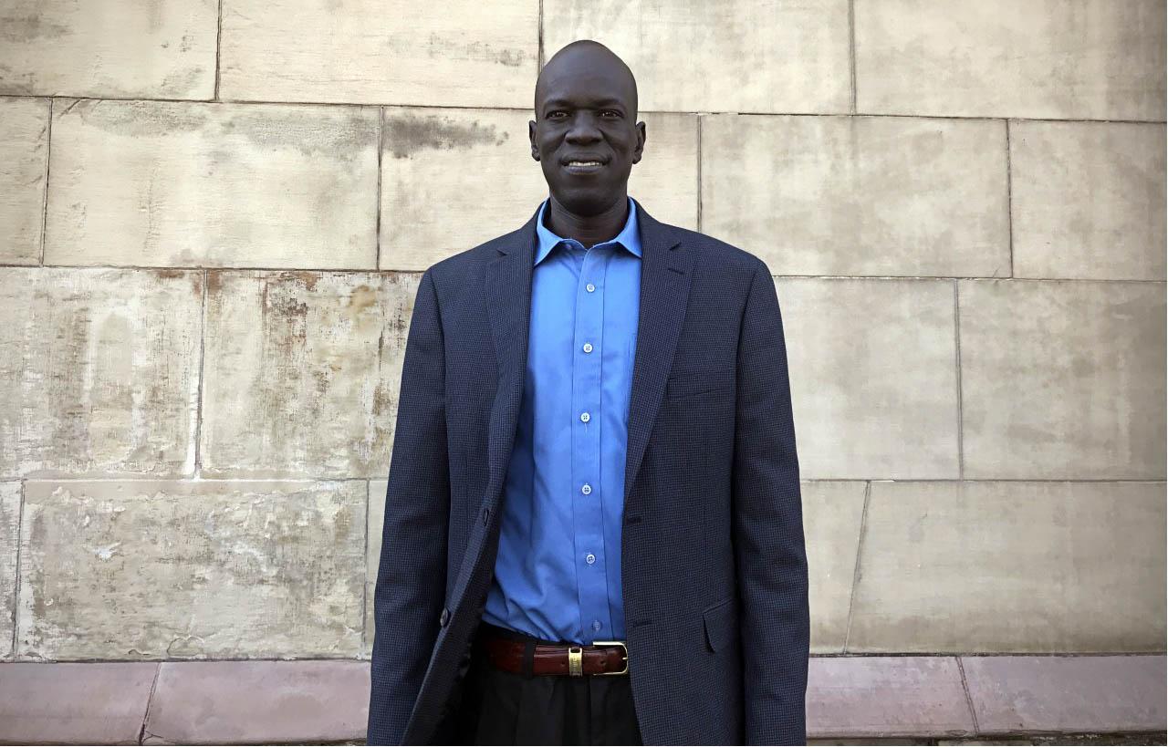 """Salva Dut, activista e sobrevivente da Guerra Civil do Sudão: """"Corri na direcção oposta ao som das balas…"""""""