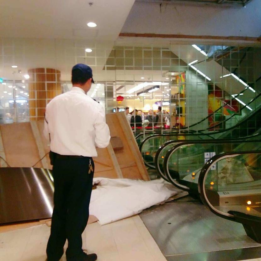 Tecto falso no New Yaohan soltou-se e causou três feridos