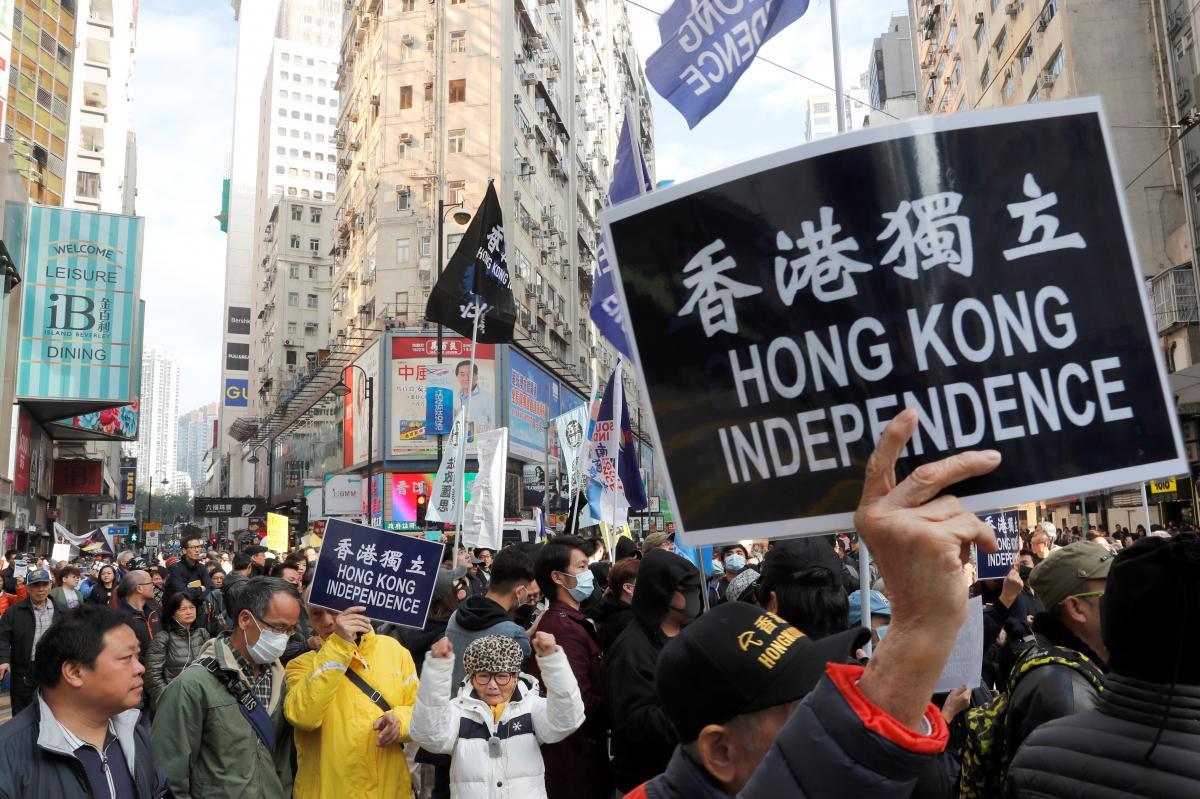 Milhares de manifestantes pró-democracia em Hong Kong protestam contra Governo