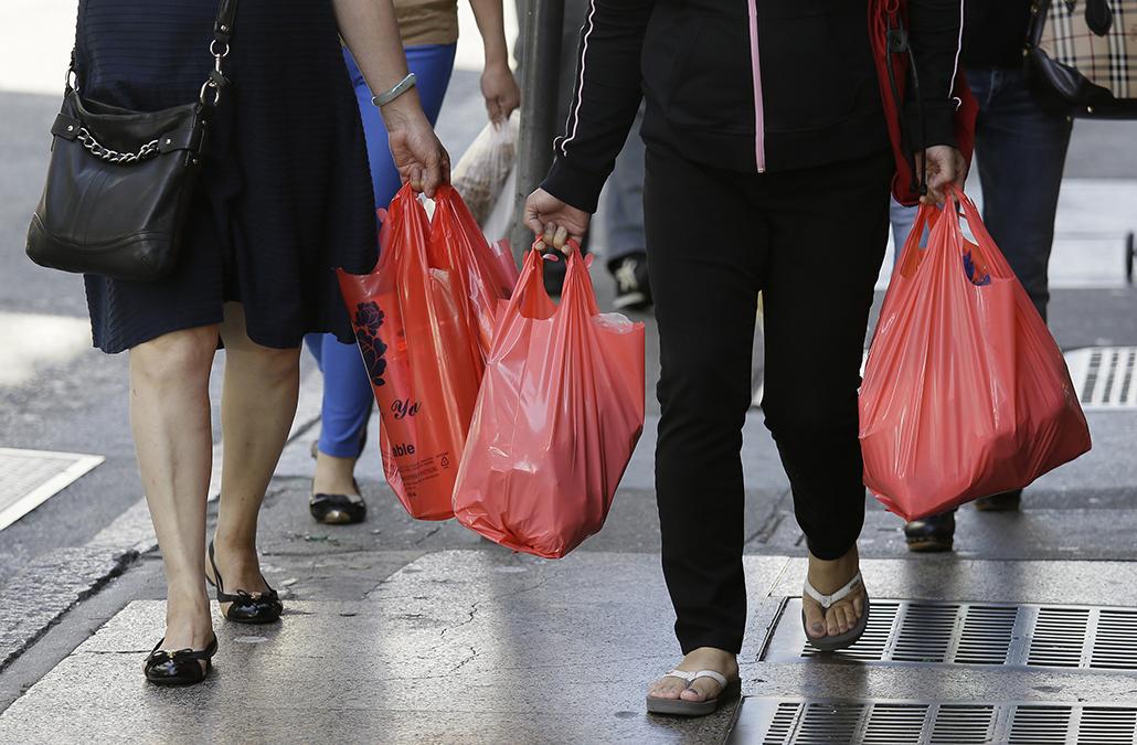 Plástico | Muitos levaram saco próprio no primeiro dia de cobrança por supermercados