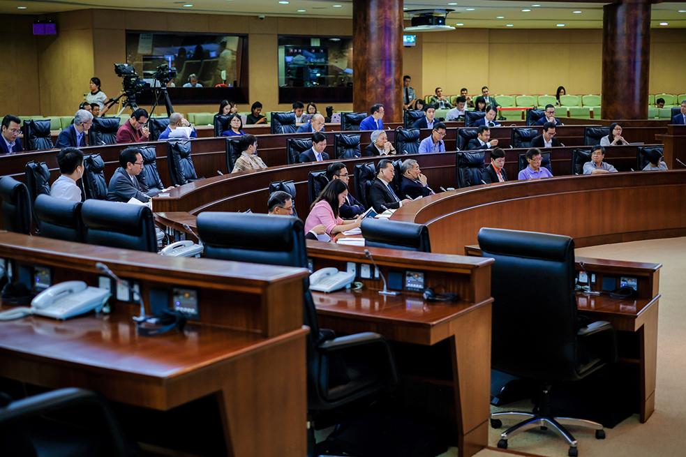 AL | Deputados criticam atraso e valor da actualização do salário mínimo para empregados de limpeza e seguranças dos condomínios