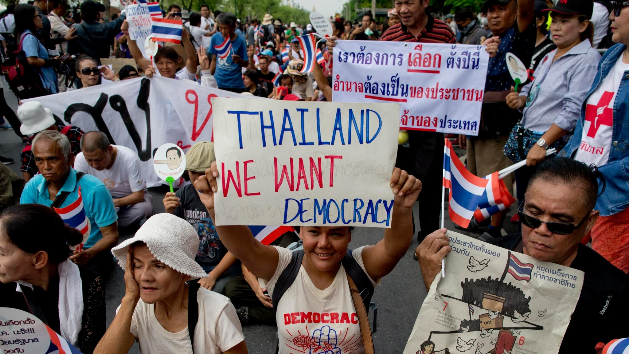 Dezenas de milhares de manifestantes pedem reformas na Tailândia