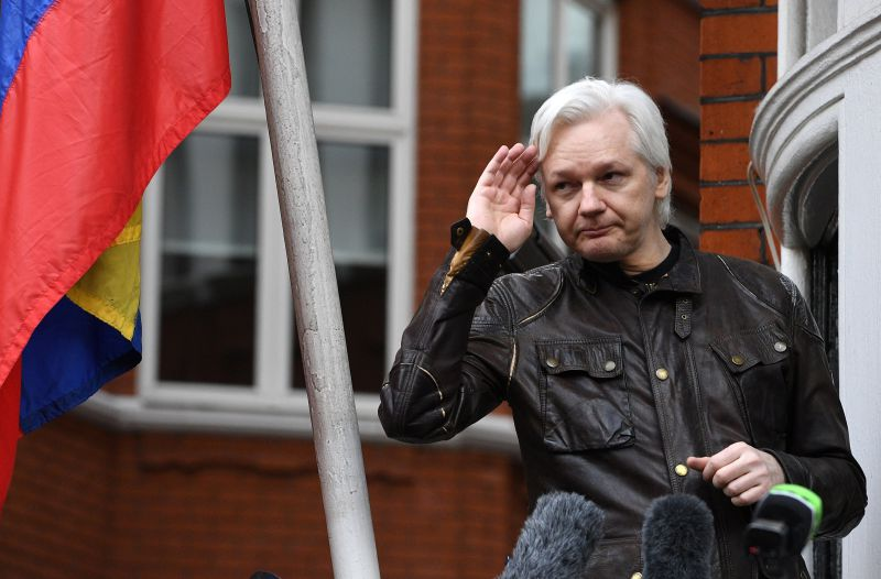 WikiLeaks: Juiz declara Assange culpado por violação da liberdade condicional