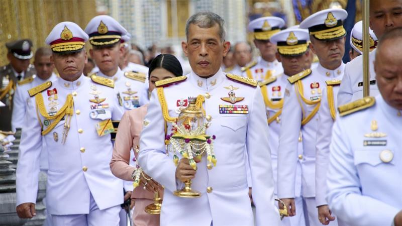 Reis da Tailândia recebidos nas ruas por milhares de apoiantes da monarquia