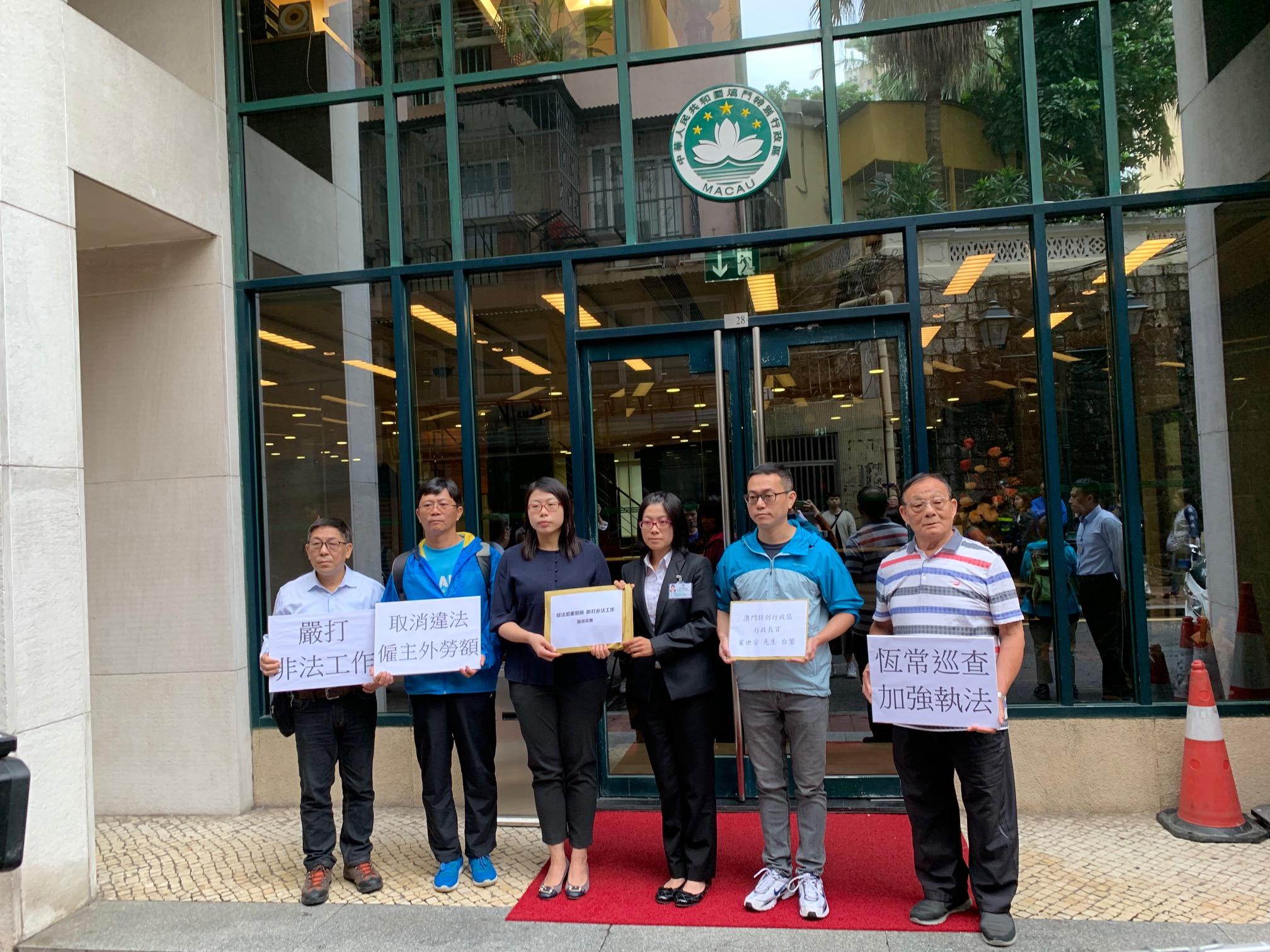 Trabalho ilegal | FAOM entregou carta junto da sede do Governo