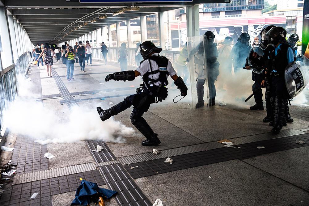 Hong Kong | Polícia usa armas de fogo pela primeira vez em protesto