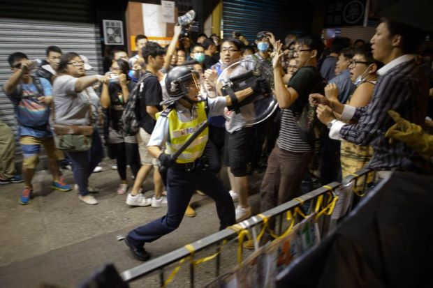 Hong Kong | Polícia justifica disparo para o ar e canhões de água