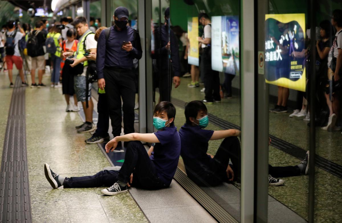 Manifestantes barricam-se em estação de metro de Hong Kong contra polícia anti-motim