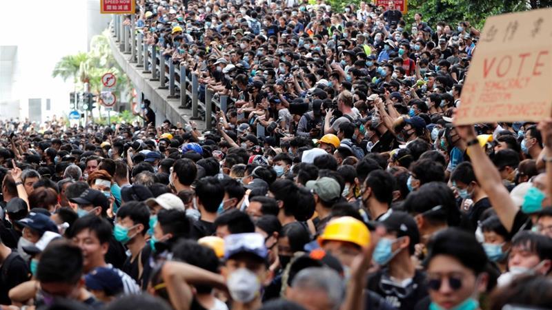 Novos protestos em Hong Kong com cordão humano e manifestação de contabilistas