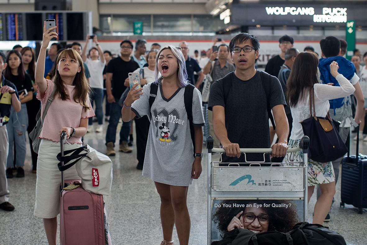 Hong Kong | Polícia detém 40, activistas visam aeroporto