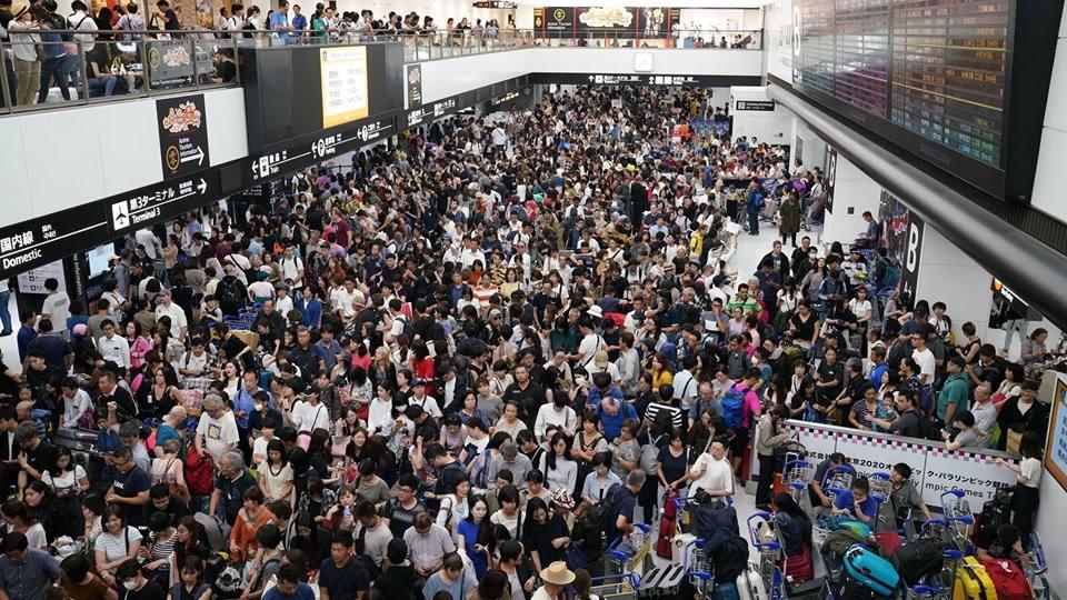 Tufão no Japão deixa milhares de passageiros retidos no aeroporto