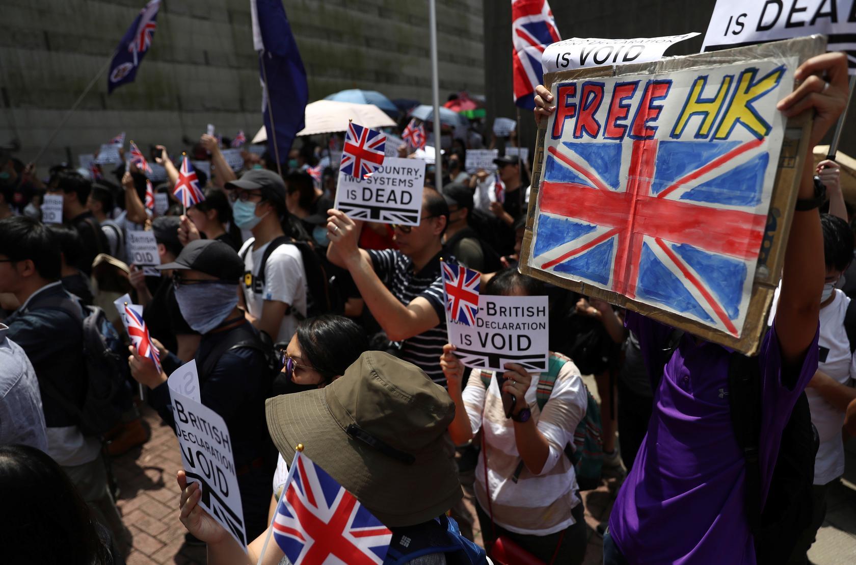 Manifestantes junto ao consulado britânico pedem que Reino Unido salve Hong Kong