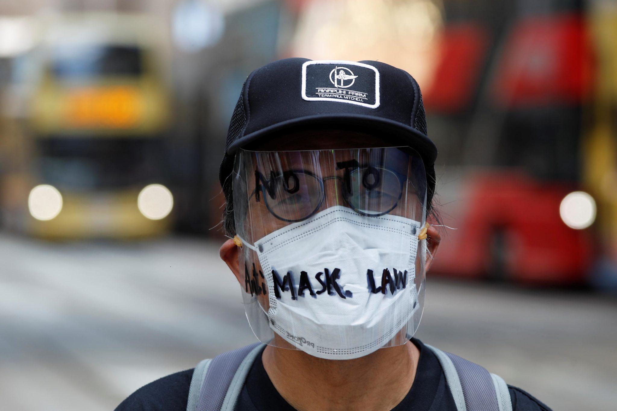Polícia usa jatos de canhão de água para dispersar manifestantes em Hong Kong